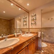 Las Lomas de la Quinta Benahavis_ground floor corner apartment for sale_Master bathroom I_Realista Quality Properties Marbella