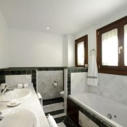 Lomas del Rey Golden Mile_master bathroom_Realista Quality Properties Marbella