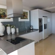 Arrayanes Golf penthouse_Open plan modern white kitchen_Realista Quality Properties Marbella