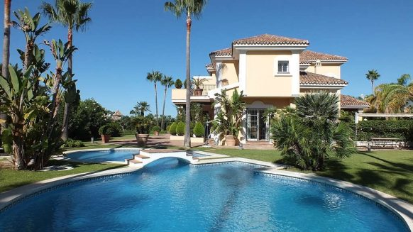 Beachside Villa Bahia de Marbella_Haeted swimmingpool_Realista Quality Properties Marbella