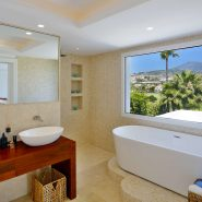 rary 6 bedroom front line golf villa Los Naranjos Golf_Master bathroom II_Realista Quality Properties Marbella