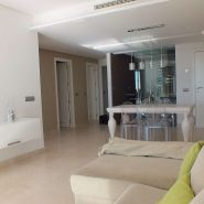 Los Robles_Los Arqueros_ Benahavis_Ground floor apartment livingroom and kitchen_Realista Quality Properties Marbella