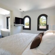 Modern villa for sale Los Monteros Playa_master bedroom_Realista Quality Properties Marbella