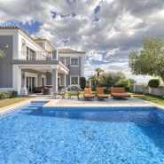 Villa El Capitan Benahavis_Swimming pool side view home_Realista Quality Properties Marbella