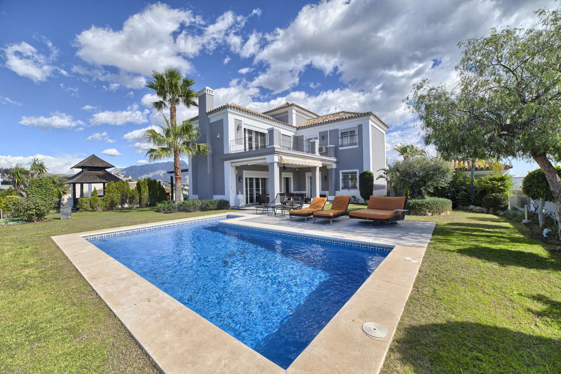 Family villa Puerto del Capitan Benahavis with fantastic views for sale