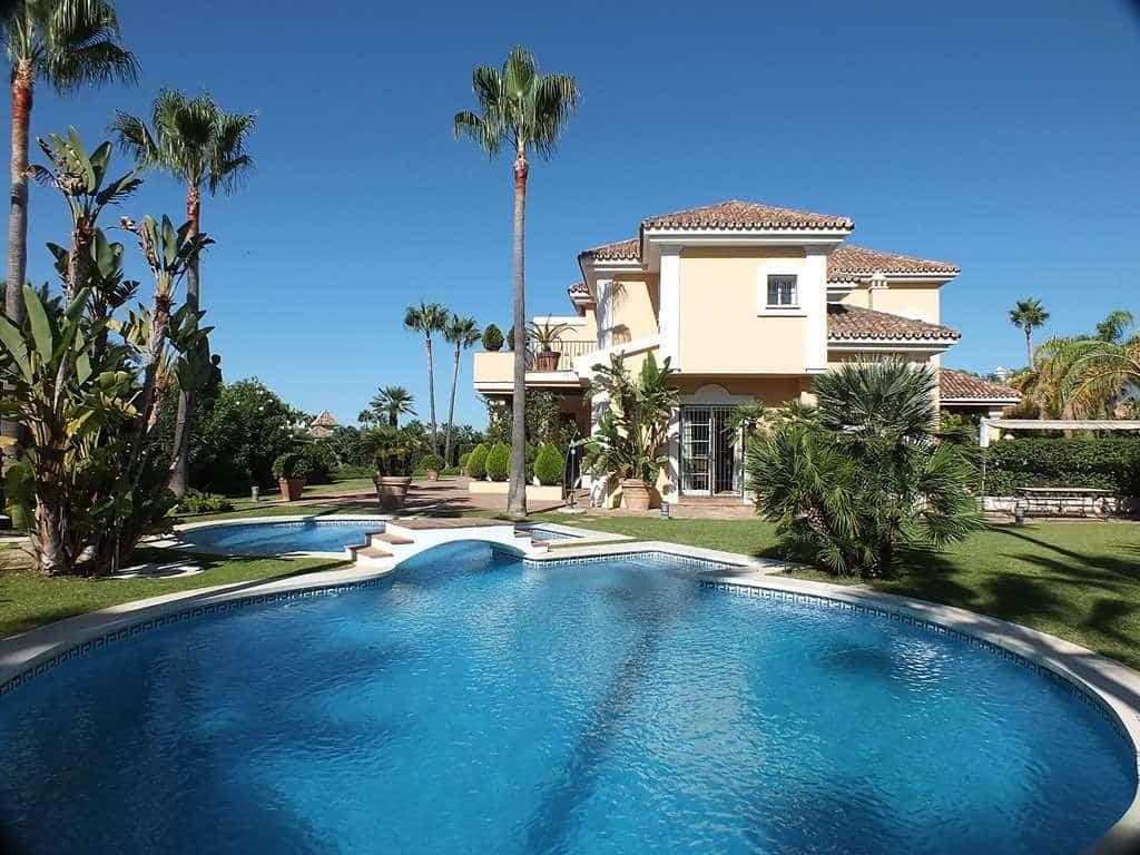 Prachtige aan zee gelegen 4 slaapkamer villa te koop in Bahia de Marbella