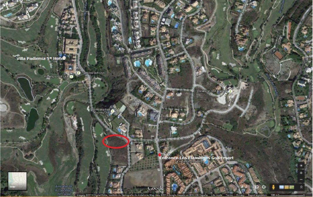 Direct aan de golfbaan gelegen bouwperceel te koop in Los Flamingo's Golf Resort, Benahavis