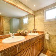 Las Lomas de la Quinta_ground floor 2 bedroom apartment_master bathroom_Realista Quality Properties Marbella