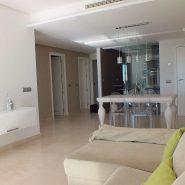Los Robles_Los Arqueros_ Benahavis_Ground floor apartment livingroom and kitchen_Realista Quality Properties Marbella