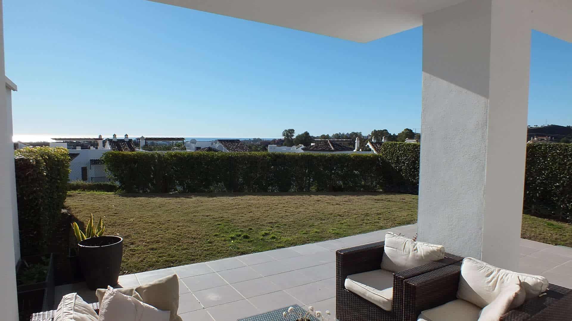Modern 3 slaapkamer begane grond appartement met golf en zeezicht te koop in Los Robles de Los Arqueros, Benahavis