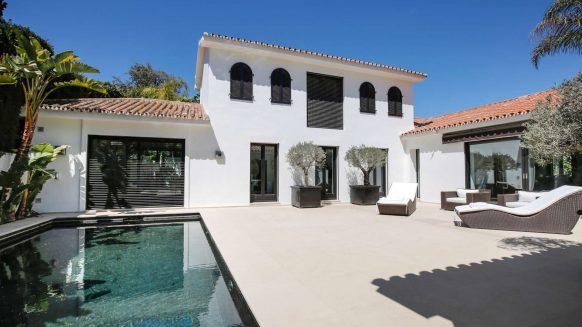Modern villa te koop in Los Monteros Playa_Terrace pool II_Realista Quality Properties Marbella