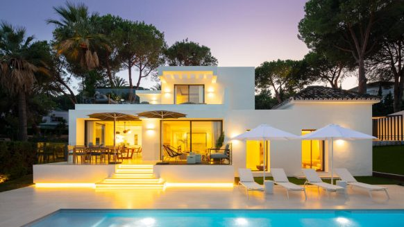 Tot nieuw gerenoveerde villa in het hart van de Golfvallei Las Brisas, in het prestigieuze gebied Nueva Andalucia Marbella