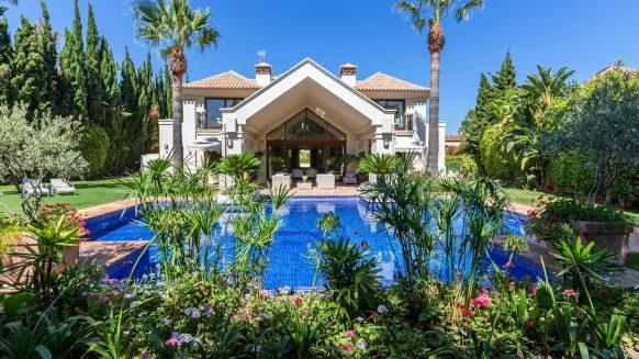 Luxe villa op een A locatie in Aloha Nueva Andalucia, een tropische tuin, geheel privé met alle dagelijkse voorzieningen om de hoek de deur