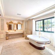 Country style villa beachside guadalmina san pedro marbella_Master Bathroom_Realista Quality Properties Marbella