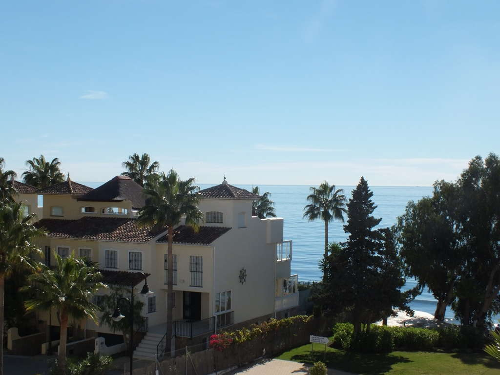 Apartment in Bahia de la Plata front line beach development Estepona