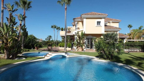 Beachside Villa Bahia de Marbella_Haeted swimmingpool_Realista Quality Properties Marbella