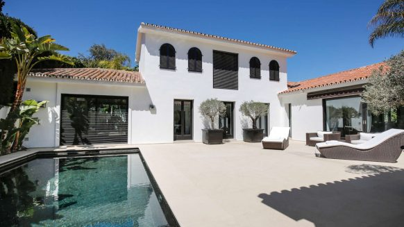 Modern villa for sale Los Monteros Playa_Terrace pool II_Realista Quality Properties Marbella