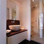 Modern villa for sale Los Monteros Playa_guest bathroom II_Realista Quality Properties Marbella