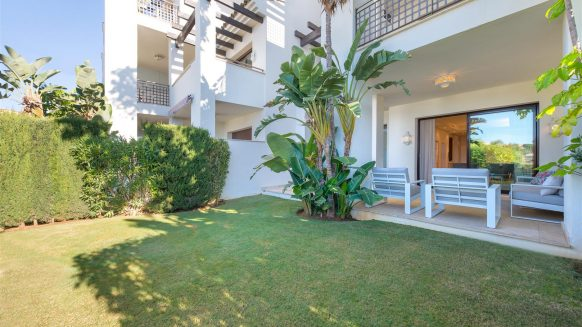 Fully furnished ground floor apartment with extensive garden in Mirador del Paraíso, Benahavis