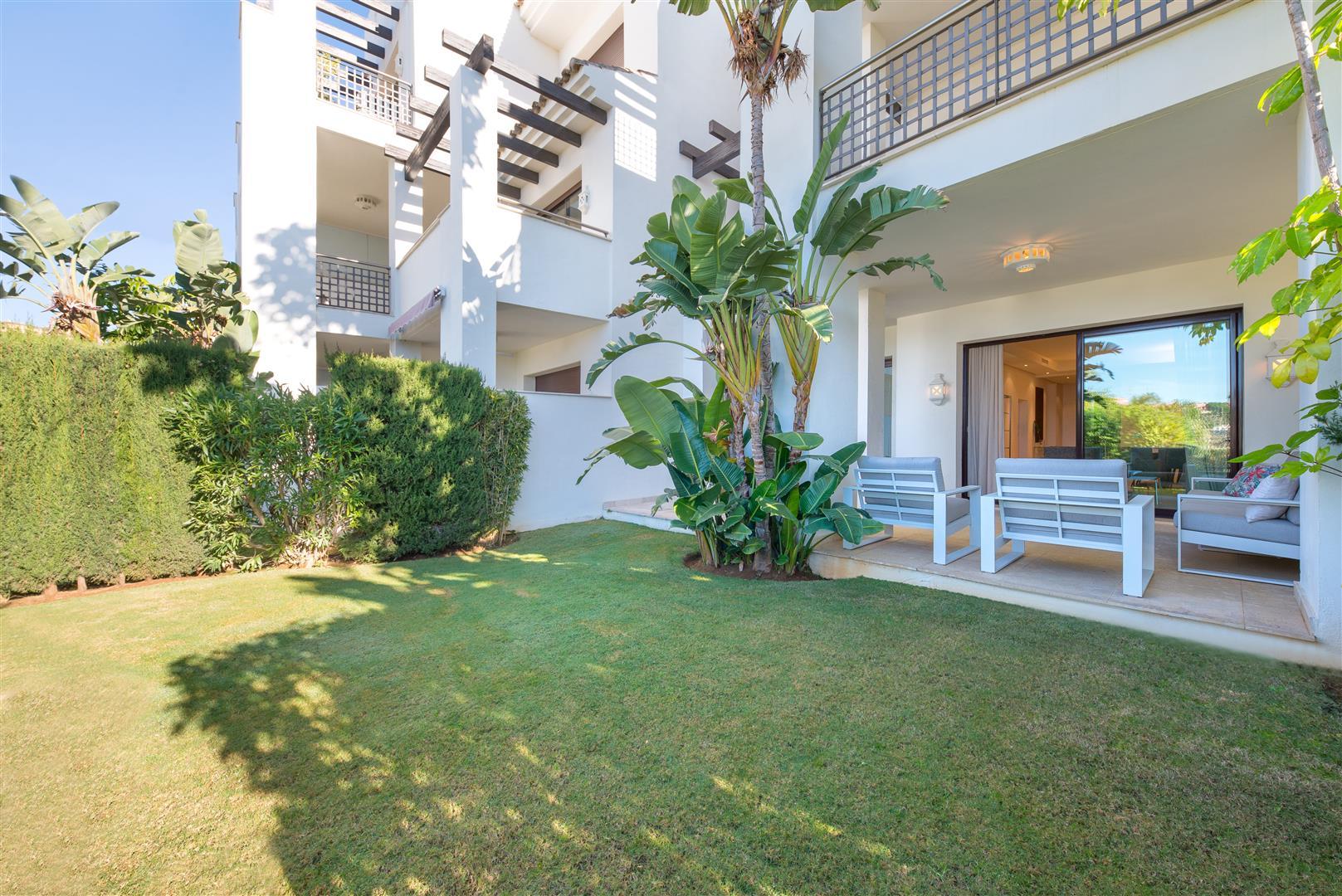 Furnished ground floor apartment with garden Benahavis