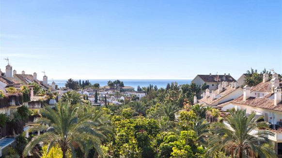 Sea view Penthouse in Lomas del Rey Golden Mile Marbella near Puente Romano and Marbella Club hotels