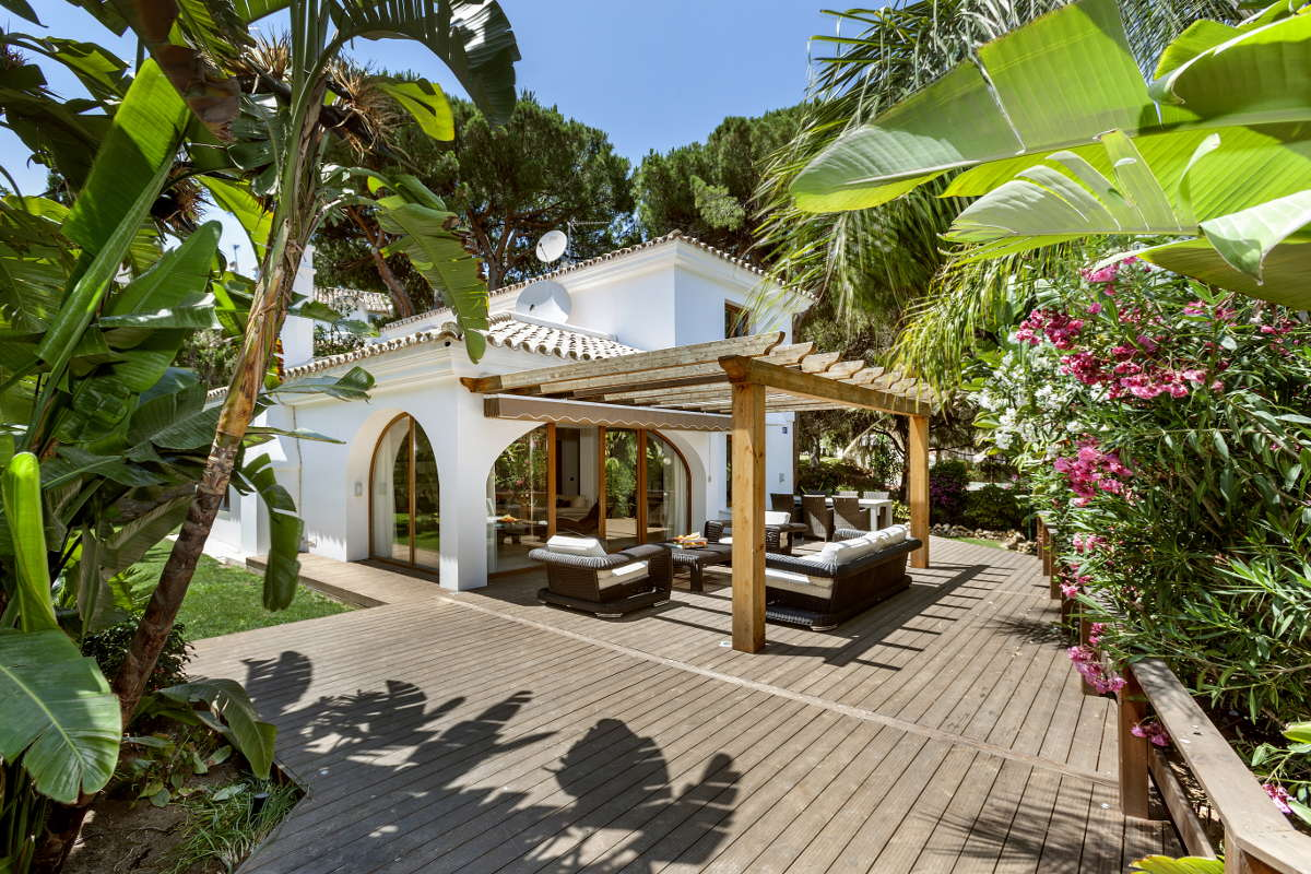 Beautiful family villa for sale in Elviria with large garden area