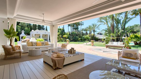 Magnificent country estate villa for sale at walking distance to the beach in Guadalmina Marbella