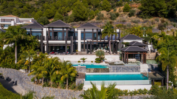 Luxurious villa with spectacular sea views for sale in the sought-after residential area Cascada de Camojan on the Marbella Golden Mile.