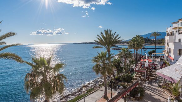Sea front Benabola apartment with panoramic sea views in Puerto Banús Marbella