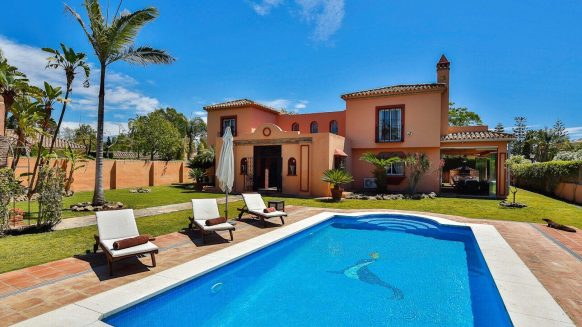Luxury classic style villa at a stones throw to the beach in Guadalmina Baja, Casasola