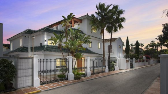Beach side villa in Puente Romano on the Golden Mile Marbella, an incredible and rare opportunity to purchase